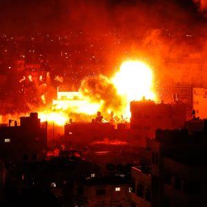 Hamas tv-station i Gaza City bombades av israeliskt stridsflyg på måndag kväll.