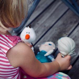 Flicka leker med leksaker