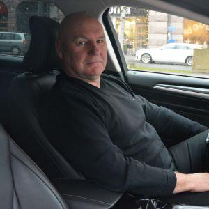 Taxichauffören Voitto Rauhala i sin taxibil i Vasa.
