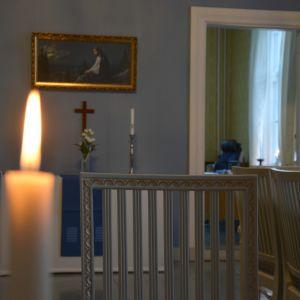 Ett ljus är tänt i salongen i prästgården i Solf.