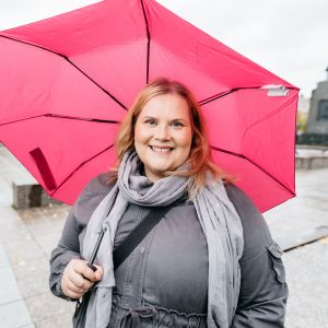Kati Enkvist står under ett paraply på torget i Vasa