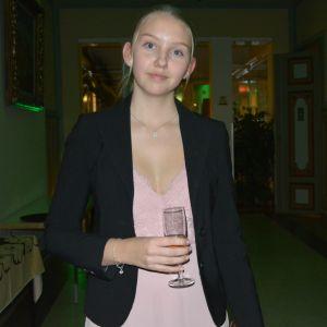 Anna Skoglund med ett glas i handen i Vasa stadshus