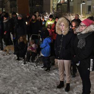 Sorgeceremoni efter barnamord i Arabiastranden i Helsingfors.