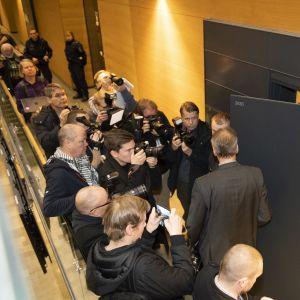 Asianajaja Jarkko Jaatelan saapuu oikeussaliin