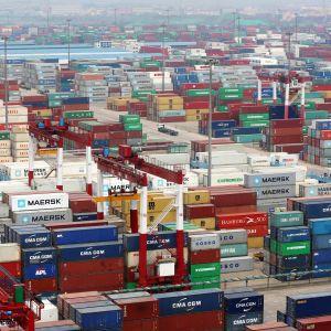 Containrar i Qingdaos hamn i Kina.