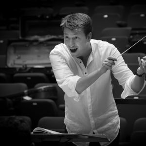 Kapellimestari Duncan Ward johtaa Radion sinfoniaorkesteria.