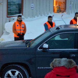 Ett av de tre lavinoffren transporteras bort från Blåbärsfjället.