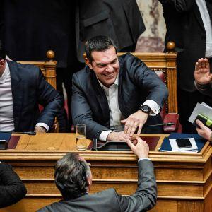 Tsipras gratulerades av kolleger efter omröstningen i parlamentet på onsdag kväll.