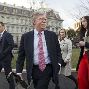John Bolton tillsammans med sina medarbetare utanför Vita huset på torsdagen 24.1.2019.