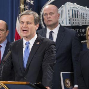 Det amerikanska justitieministeriet med FBI-chefen Christopher Wray i spetsen, lade fram de tretton åtalspunkterna i Washington