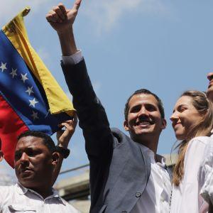 Talman Juan Guaidó med sin fru Fabiana Rosales inför tusentals jublande anhängare i Caracas