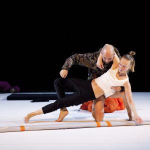 Bild från dansverket Främling. Sanna Kekäläinen och Janne Marja-aho.