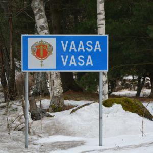 Skylt med texten Vaasa - Vasa