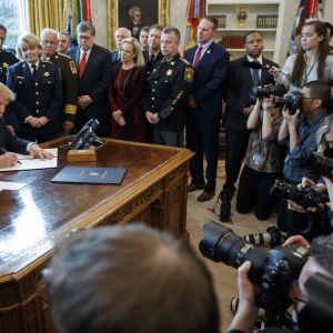 USA:s president Donald Trump lägger in sitt veto på lagförslaget som ville stoppa hans gränsmur.