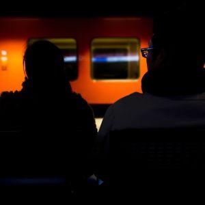 Pariskunta odottaa metron saapumista