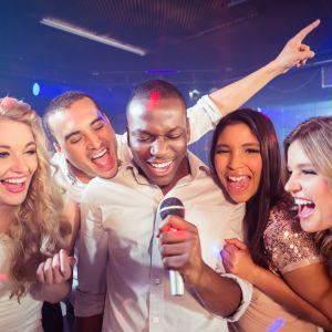 En grupp vänner som sjunger karaoke