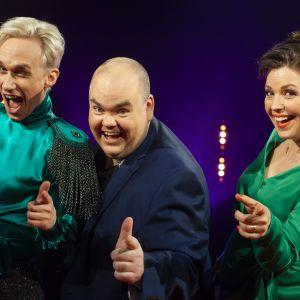 Christoffer Strandberg, Johan Lindroos och Eva Frantz bedömer sju eurovisionsbidrag i det första avsnittet av De Eurovisa.