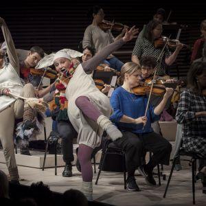 Radion sinfoniaorkesterin lastenkonsertin hahmot siili ja pupu tanssivat