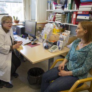 Läkare Liisa Grönhagen med patient