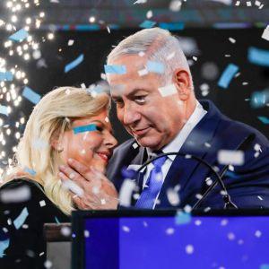 Benjamin Netanyahu med sin hustru på valnatten 10.4.2019