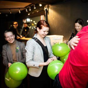 Eduskuntavaalit 2019. Vihreiden vaalivalvojaiset. Linus Peltonen, Linda Hartman (takana) ja muut puhaltavat ilmapalloja.