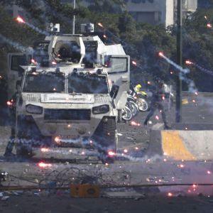 Kravallpolis drabbar samman med oppositionsaktivister i Caracas
