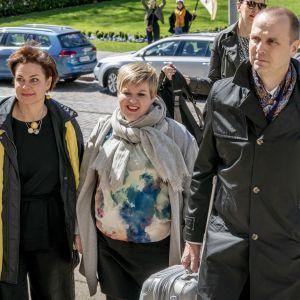 Keskustan edustajat Annika Saarikon johdolla saapumassa Säätytalolle hallitusneuvotteluihin