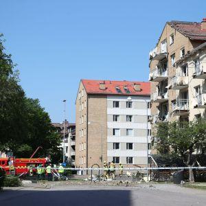 Två byggnader fick fönster och balkonger utblåsta i explosionen