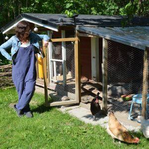 Charlotta Palander tar hand om sina hönor.