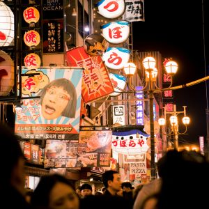Kirkkaita valomainoksia japanilaisella kadulla.