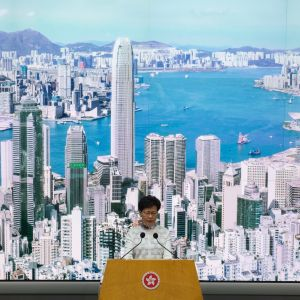 Hongkongs chefsminister Carrie Lam under presskonferensen i Hongkongregeringens högkvarter i Hongkong på lördagen.