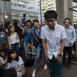 Demokratiaktivisten omringades av journalister då han lämnade Lai Chi Kok-fängelset i Hongkong på måndagen.