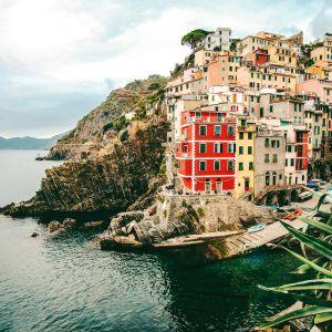 Värikkäitä pieniä taloja vuoriston rinteellä italialaisessa Riomaggioren kylässä Genovanlahden rannikolla.
