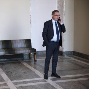 Valtiovarainministeri Mika Lintilä puhuu puhelimessa.