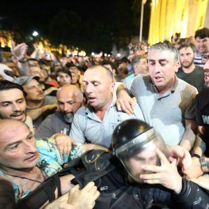Sammandrabbningar mellan demonstranter och kravallpolis utanför parlamentet i Tbilisi på torsdag kväll.