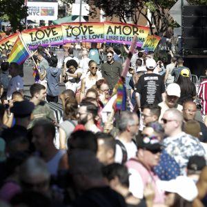 Människor som samlats till minnet av 50-årsdagen av Stonewall-upproret i New York.