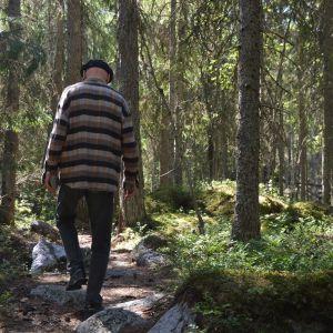 Person går längs en stig i en skog