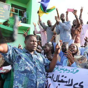 På torsdagen pågick demostrationer exempelvis utanför ett fängelse i Khartoum. Från det här fängelset frigavs fångar senare på kvällen som del av överenskommelsen mellan militären och oppositionen.
