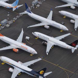 Flera Boeing 737 Max-plan i förvar på ett asfalterat område.