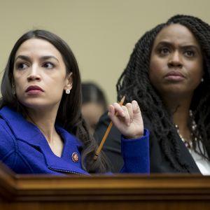 Alexandria Ocasio-Cortez och Ayanna Pressley ser sammanbitna ut.