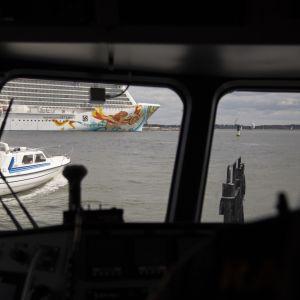 Merivartiointia Hernesaaren edustalla Helsingissä. Kuvassa vene ja risteilyalus
