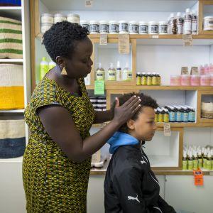 Harriet Aryendan laittaa Sandoo Mänepään hiuksia
