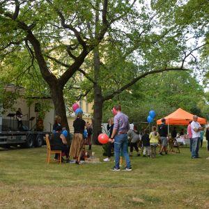 Människor med ballonger i en park.