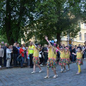 Barn dansar på gatan.