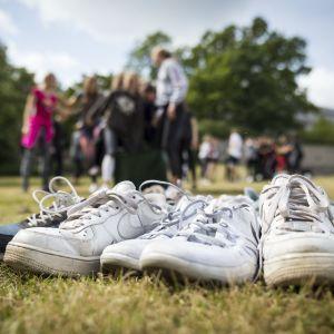 Nuorten kenkiä nurmikolla