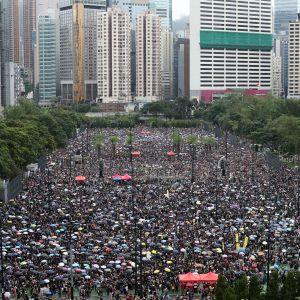 """Demokratiaktivisterna demonstrerar i Victoria Park i stadskärnan för att visa """"hur fredliga Hongkongbor är"""""""