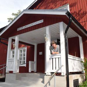 Skådespelaren Matti Raita på Ingboheds trappa i Täkter, Ingå.
