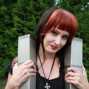 Objektiseksuaali Anne pitää sylissään WTC-tornien pienoismalleja.