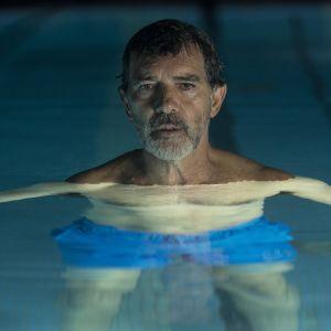Antonio Banderas i simbassängen som Salvador Mallo i Smärta och ära.