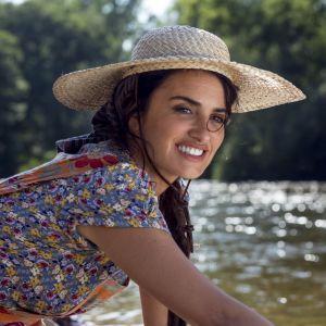 Penélope Cruz som spelar regissörens mamma tvättar kläder vid ett vattendrag.